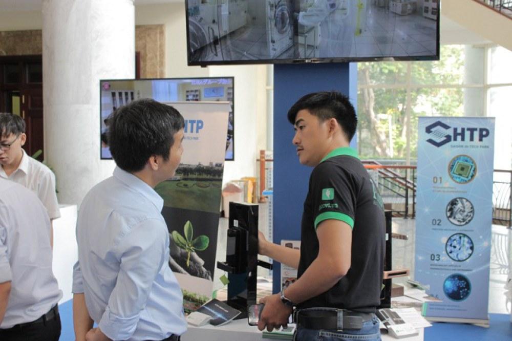 Ngô Cự Mạnh, CEO ATOVI (phải) giới thiệu sản phẩm khóa thông minh của mình với một khách tham quan. Dự án này từng tham gia cuộc thi IoT startup năm 2016. Ảnh: SHTP-IC.
