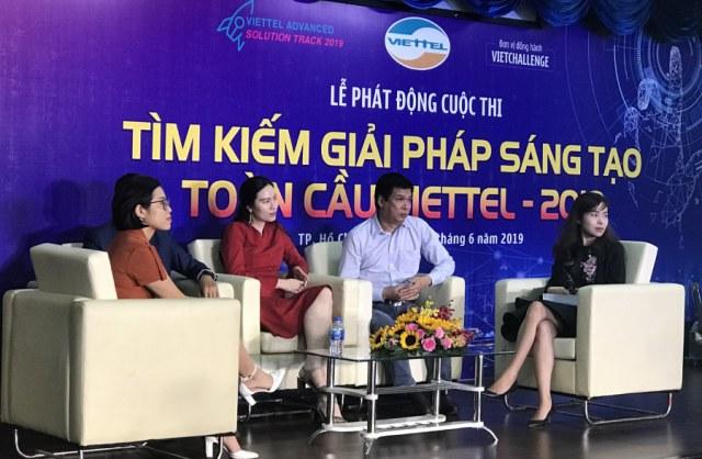 Ông Huỳnh Kim Tước- CEO Saigon Innovation Hub, thuộc Sở KH&CN TP.HCM (thứ 2, từ bên phải) cùng các diễn giả tham dự tọa đàm trong khuôn khổ Lễ phát động.