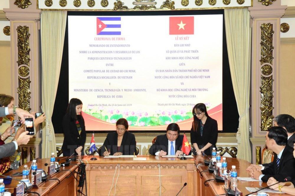 Chủ tịch UBND TP.HCM Nguyễn Thành Phong và Bộ trưởng Bộ Khoa học, Công nghệ và Môi trường Cuba Elba Rosa Perez Montoya ký Bản ghi nhớ về Quản lý phát triển Khu Khoa học - Công nghệ.