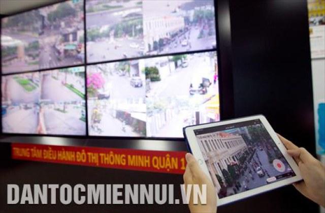 Hệ thống màn hình giám sát giao thông, an ninh trật tự các tuyến đường chính tại Trung tâm điều hành đô thị thông minh quận 1 (thành phố Hồ Chí Minh)
