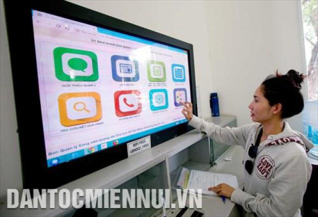Người dân tra cứu thông tin trên máy tính đặt tại trụ sở UBND quận 1 (thành phố Hồ Chí Minh)