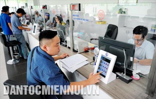 Người dân đánh giá mức độ hài lòng đối với cán bộ công chức xử lý hồ sơ qua máy tính bảng tại UBND quận 12 (thành phố Hồ Chí Minh)
