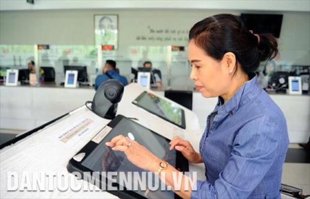 Chính quyền điện tử ứng dụng công nghệ thông tin để giải quyết các thủ tục hành chính tại UBND quận 12 (thành phố Hồ Chí Minh). Trong ảnh: Hệ thống máy tính giúp người dân tra cứu thông tin cần hỗ trợ