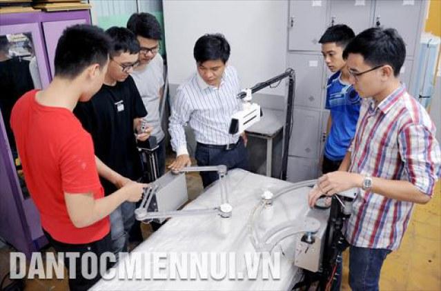 PGS-TS Nguyễn Trường Thịnh (giữa),Trưởng khoa Cơ chí Chế tạo máy (Trường Đại học Sư phạm Kỹ thuật thành phố Hồ Chí Minh) hướng dẫn sinh viên chế tạo hệ thống máy tự động phục vụ xây dựng đô thị thông minh.