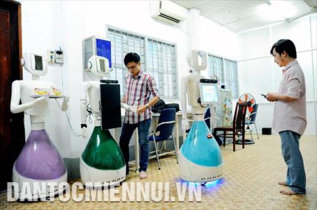 Các sinh viên vận hành thử nghiệm các robot ứng dụng vào các công việc trong đời sống thường nhật phục vụ cho đô thị thông minh tại Khoa Cơ khí Chế tạo máy, Trường Đại Học Sư phạm Kỹ thuật Thành phố Hồ Chí Minh.
