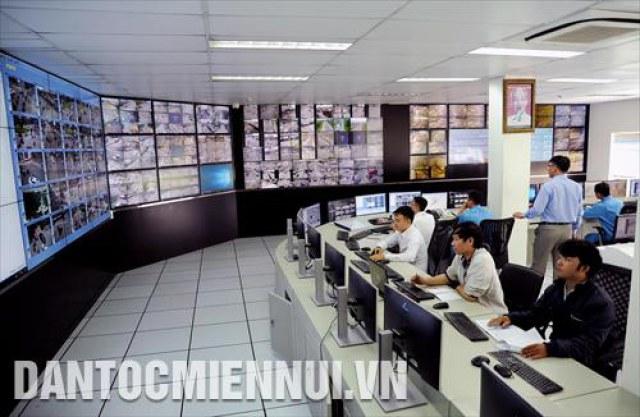 Trung tâm giám sát và điều khiển giao thông thành phố Hồ Chí Minh được tích hợp hệ thống giám sát, đo đếm lưu lượng xe lưu thông, xử lý các sự cố giao thông, đảm bảo an ninh trật tự trên các tuyến đường tại các quận, huyện trên địa bàn.