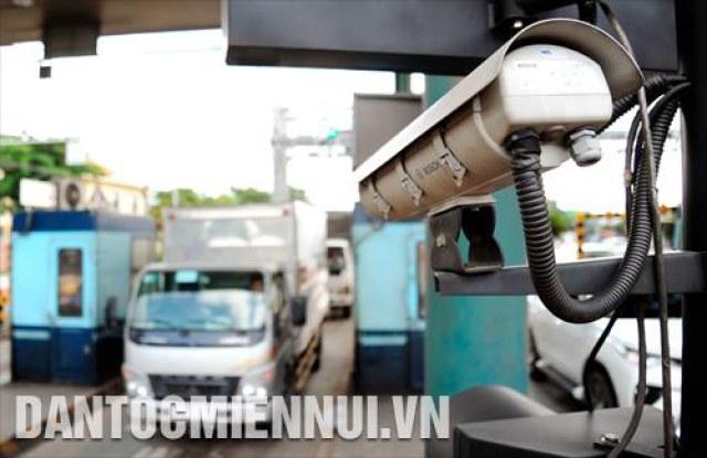 Camera kết nối với hệ thống máy tính giúp nhận diện các phương tiện qua trạm thu phí không dừng.