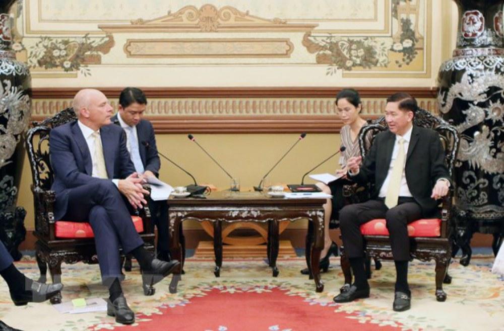 Phó Chủ tịch Ủy ban Nhân dân Thành phố Hồ Chí Minh Trần Vĩnh Tuyến trao đổi với ông B. Fruithof, Giám đốc Điều hành Công ty Aebi Schmidt Holding. (Ảnh: Tiến Lực/TTXVN)