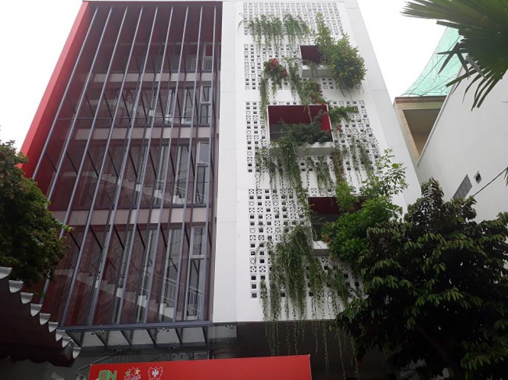 Một ngôi trường có nhiều mảng xanh trên tường và mái nhà tại Quận Bình Tân, TP.HCM. Ảnh: Hà Thế An.