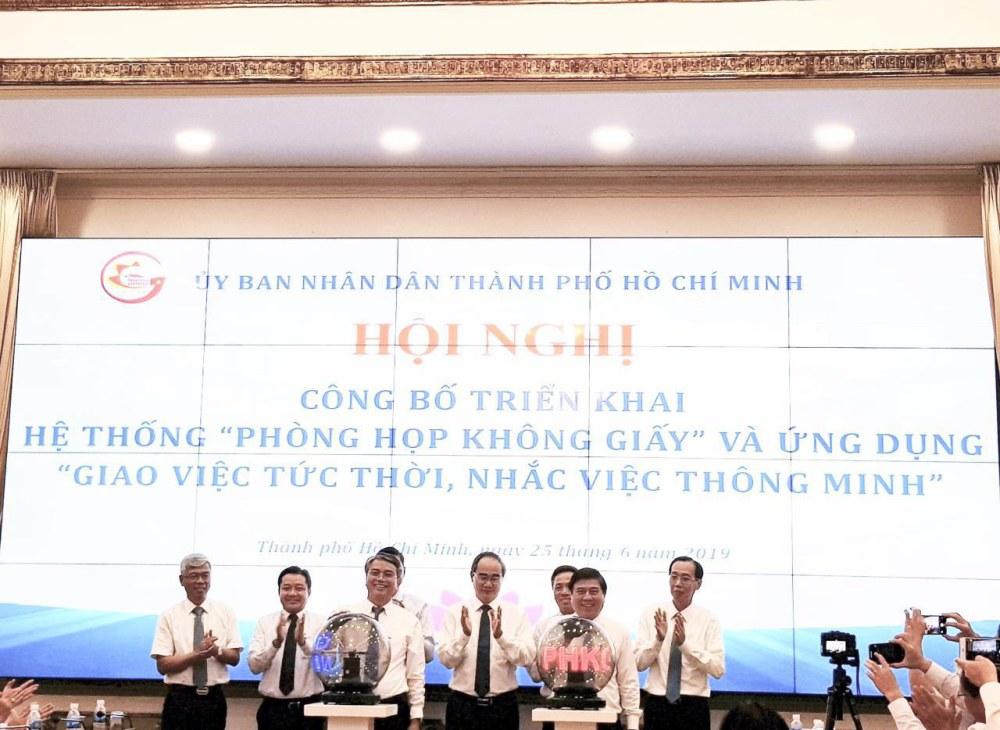 Lãnh đạo UBND Tp. Hồ Chí Minh và lãnh đạo Tập đoàn VNPT nhấn nút khai trương hệ thống VNPT e-Cabinet