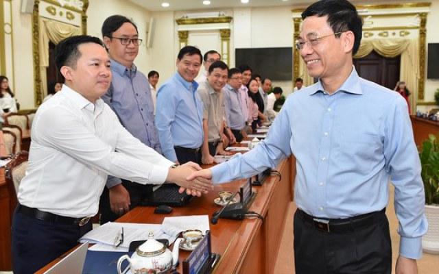 Bộ trưởng Bộ TT-TT Nguyễn Mạnh Hùng trao đổi cùng đại biểu dự hội nghị. Ảnh: VIỆT DŨNG