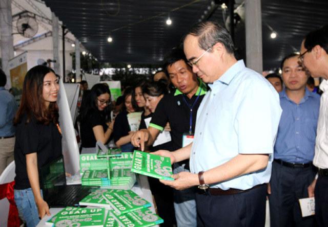 Ông Nguyễn Thiện Nhân, Bí thư Thành ủy TP.HCM, tham quan và trò chuyện với các Startup tại Saigon Innovation Hub - SIHUB.