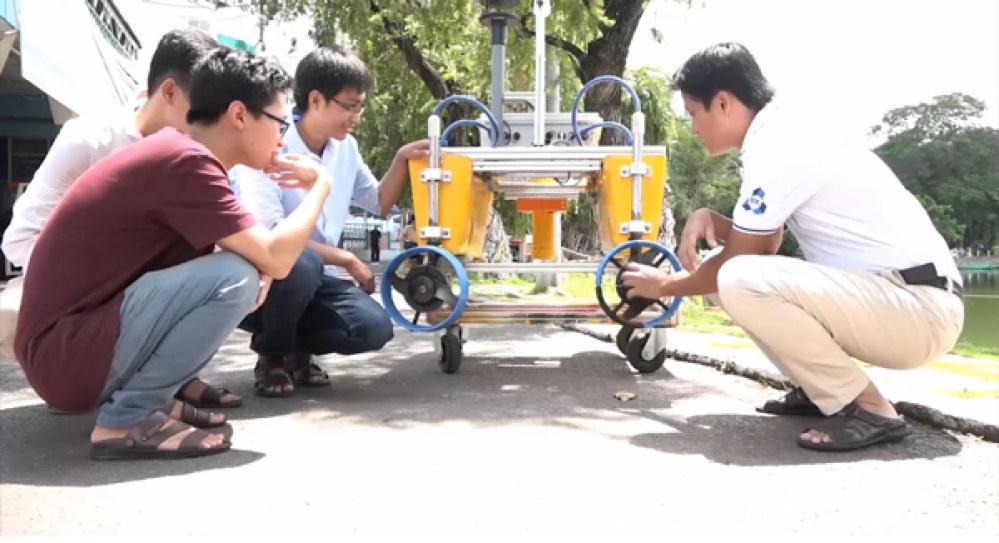 TS Trần Ngọc Huy và nhóm nghiên cứu tàu tự hành.