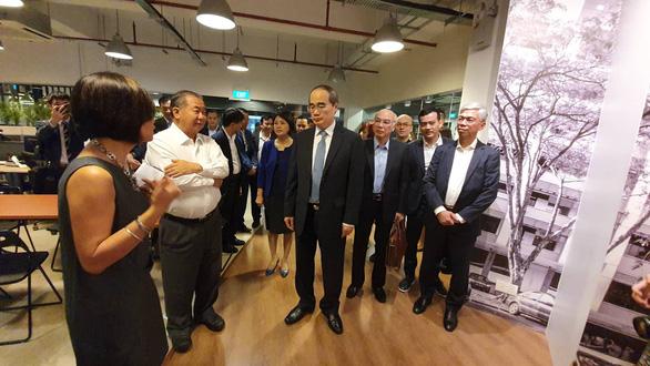Bí thư Nguyễn Thiện Nhân trao đổi giáo sư Freddy Boey - phó chủ tịch Trường đại học Quốc gia Singapore, phụ trách đổi mới sáng tạo và đại diện block 71 - Ảnh: TIẾN LONG