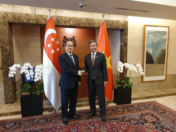 Bí thư Nguyễn Thiện Nhân gặp chào xã giao và trao đổi với Ngoại trưởng Singapore Vivan Balakrishna - Ảnh: TIẾN LONG