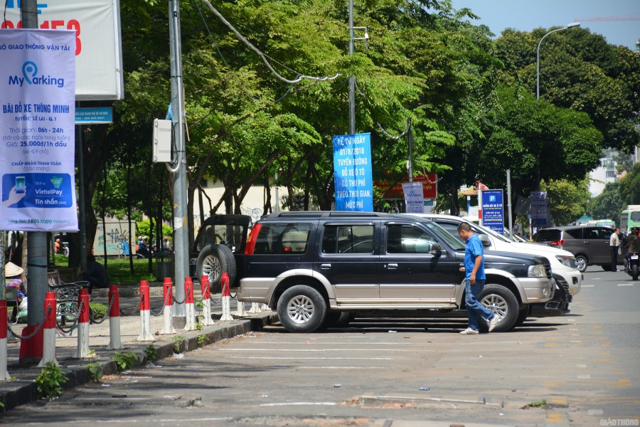 Sở GTVT TP.HCM đề xuất thí điểm quản lý thu phí đỗ xe lòng đường Lê Lai, Q.1 bằng trí tuệ nhân tạo. Ảnh Đỗ Loan.