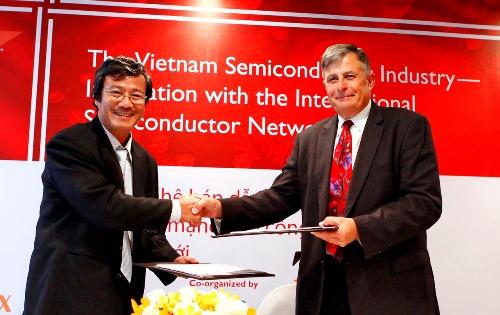 Ông Nguyễn Anh Tuấn, Phó giám đốc Sở Thông tin và Truyền thông, Chủ tịch HSIA và  ông Richard Salsman, Phó chủ tịch, Giám đốc tài chính SEMI ký kết bản ghi nhớ