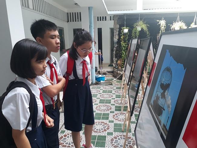 Trẻ em tìm hiểu về vấn đề môi trường thông qua hình ảnh tại một sự kiện diễn ra tại TP.HCM vào tháng 6 vừa qua. Ảnh: Hà Thế An.