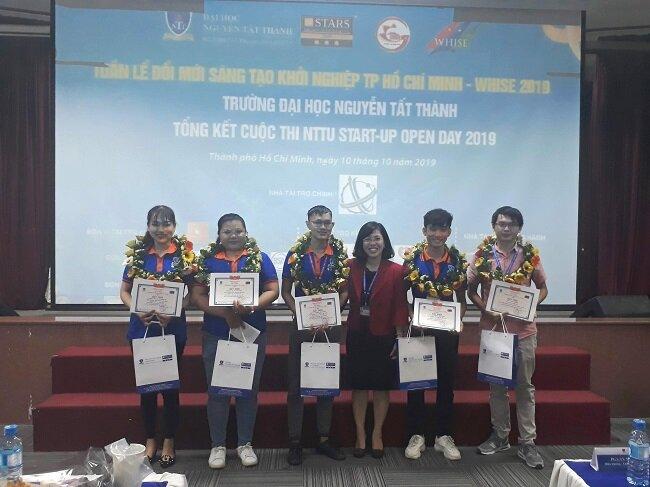 Ban giám hiệu ĐH Nguyễn Tất Thành tặng quà vinh danh các dự án khởi nghiệp của sinh viên. Ảnh: Hà Thế An.