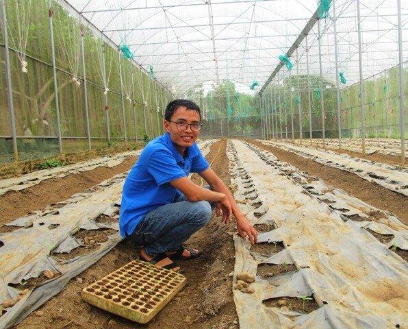 Chàng trai trẻ Dương Văn Khoa dự định sẽ trồng dâu tây trong nhà màng trong vụ tới
