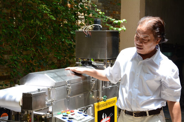 PGS.TS Trần Doãn Sơn giới thiệu chiếc máy làm bánh phở tự động siêu tốc.