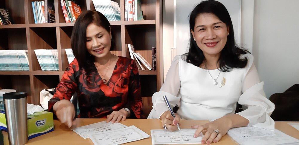 Ths. Võ Thị Phương Lan (phải), Chủ tịch Hội đồng Khởi nghiệp và Bà Lê Thị Thanh Lâm, Chủ nhiệm CLB Mentoring ký chứng nhận cho các Mentee Mùa 1