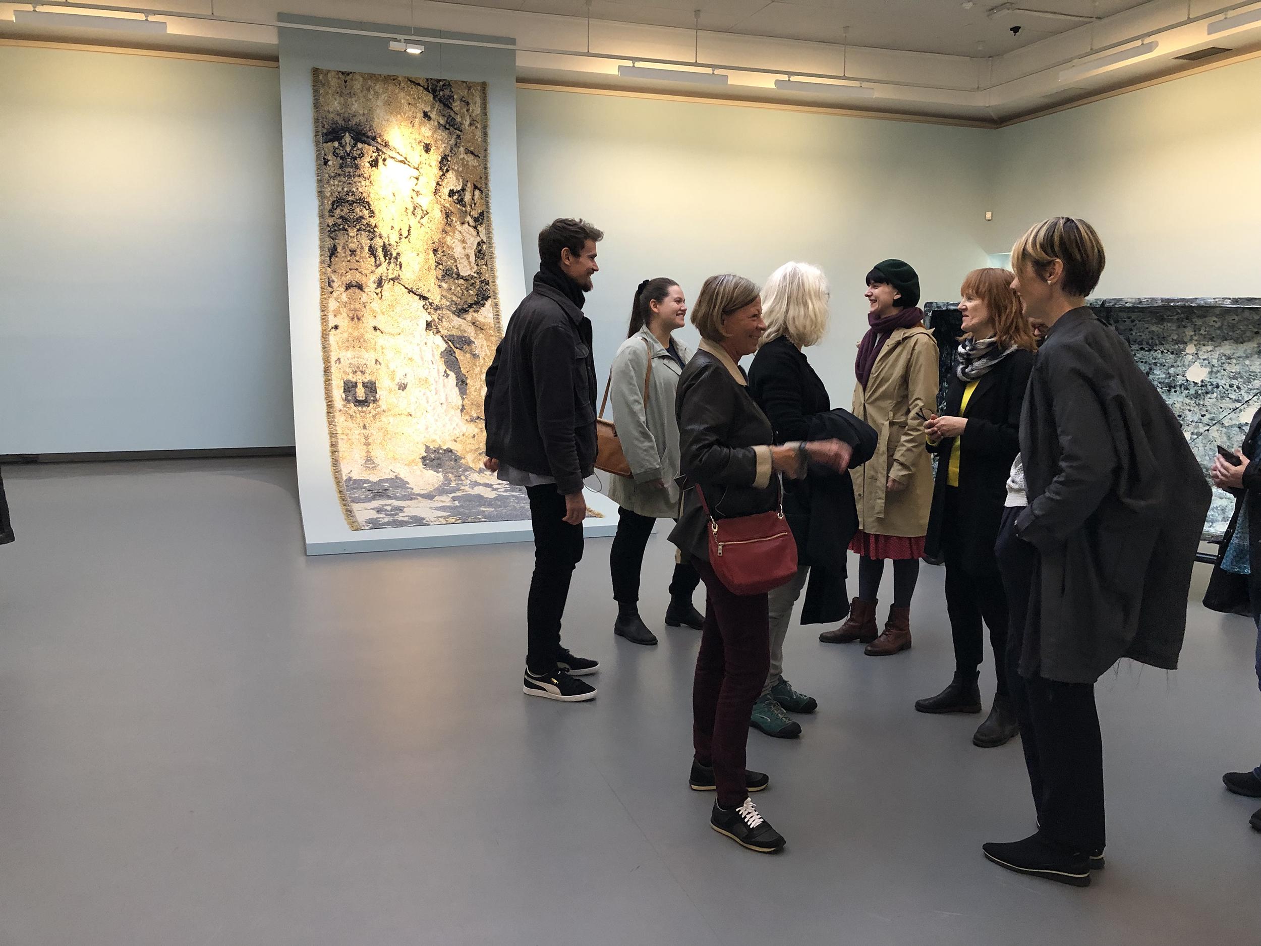 Med studenter og lærere fra KMD på presentasjon i utstillinga