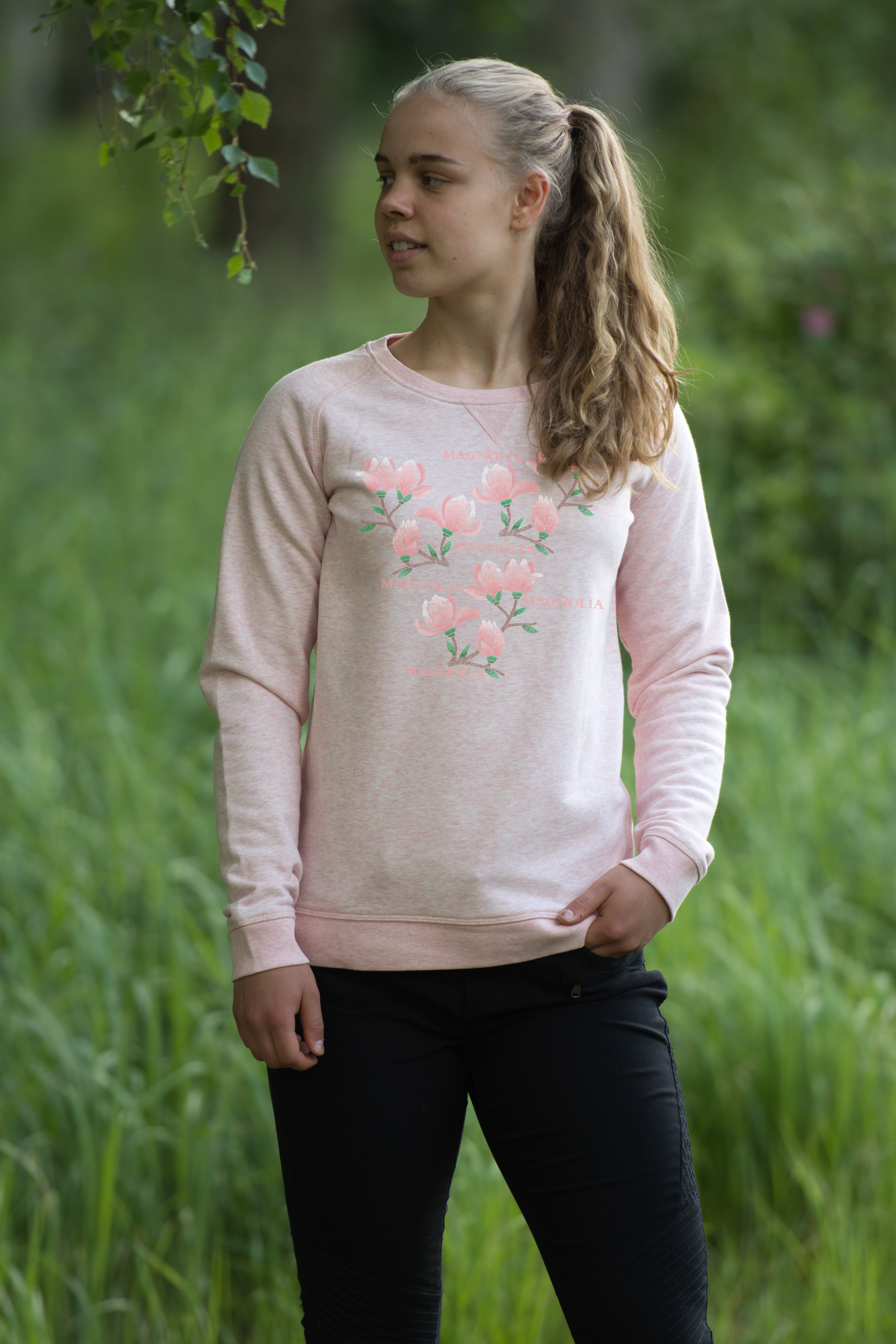 Mjuk och skön sweatshirt med tryck av magnolior. Den har raglanärmar, ribbade muddar och är gjord av ekologisk bomull.