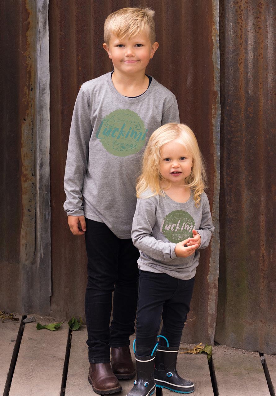 Gråmelerad t-shirt och långärmad t-shirt för barn med tufft Luckimi tryck.
