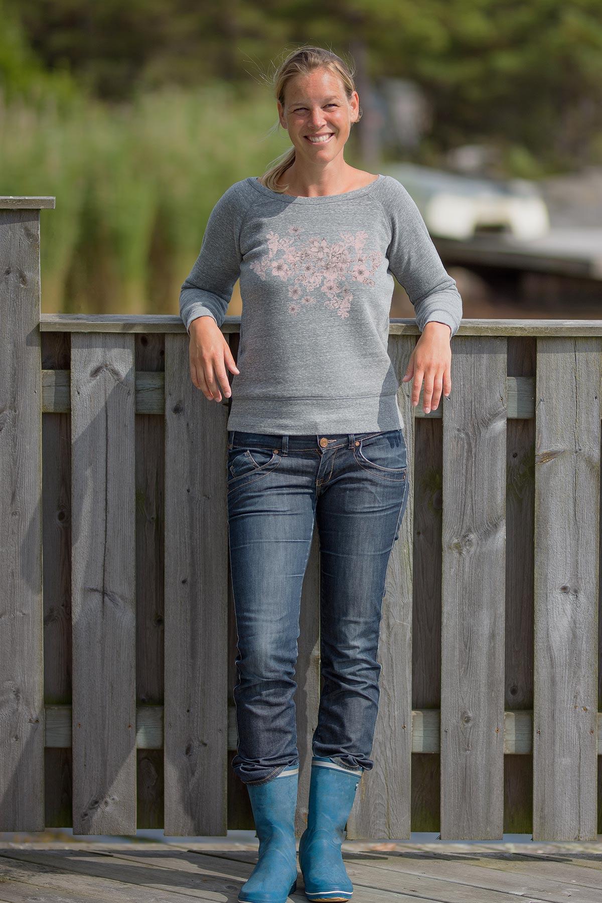 Gråmelerad sweatshirt i mjuk härlig kvalité med båtringning och fint rosa tryck av blommor.