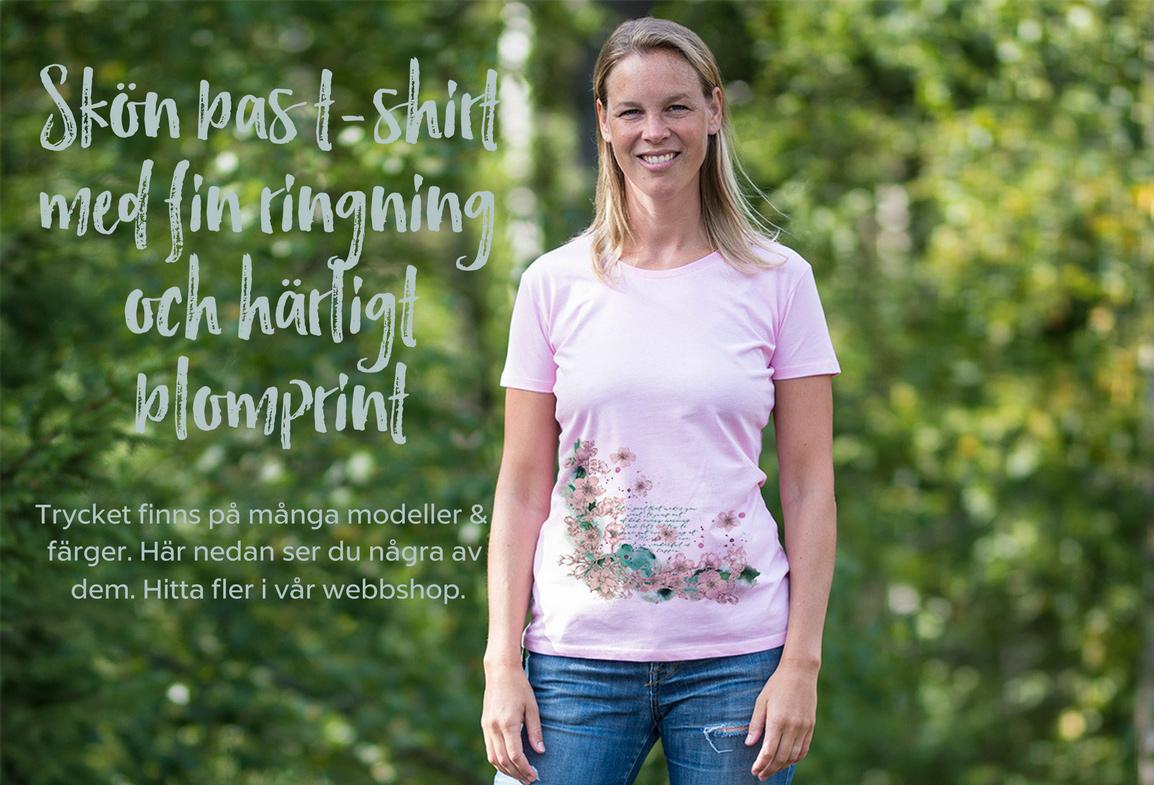 Skön bas t-shirt med fin ringning och härligt blomprint. Trycket finns i många modeller och färger. Här nedan ser du några av dem. Hitta fler i vår webbshop.