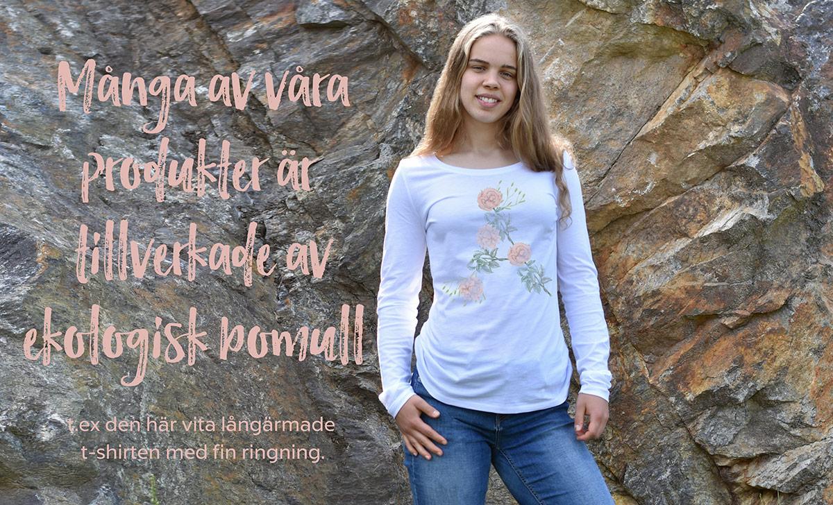 Många av våra produkter är tillverkade av ekologisk bomull, t.ex. den här härliga långärmade tröjan med fint blomtryck och snygg ringning.