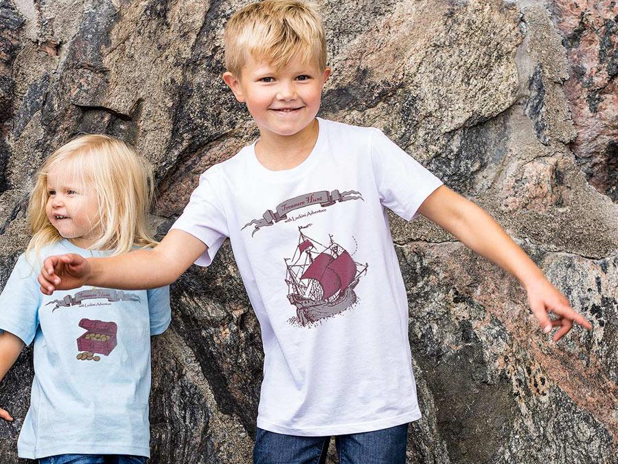 T-shirt för barn på skattjakt. Sjörövarskepp och skattkista. @luckimibrand www.luckimi.com