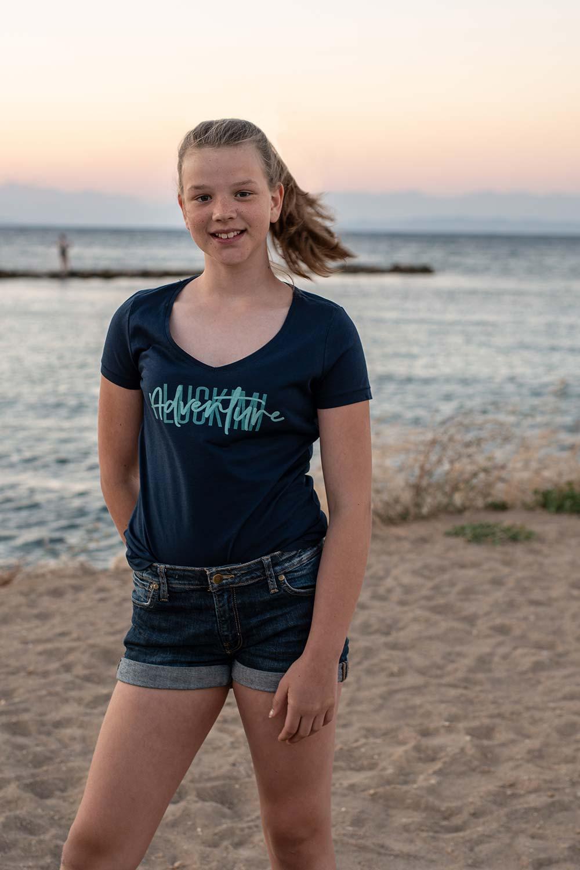 Härlig v-ringad t-shirt för dam och tjej. Luckimi @luckimibrand www.luckimi.com