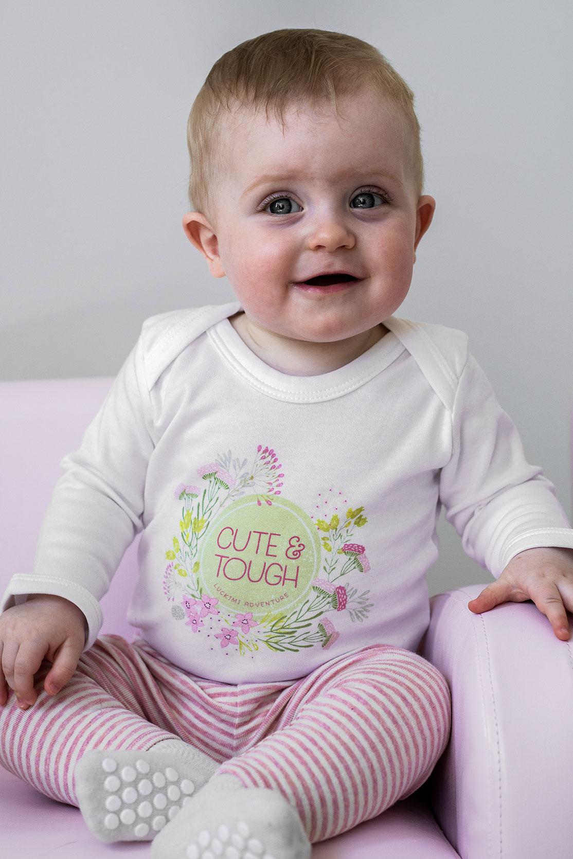 Vit babybody med gulligt tryck från Luckimi. @luckimibrand www.luckimi.com