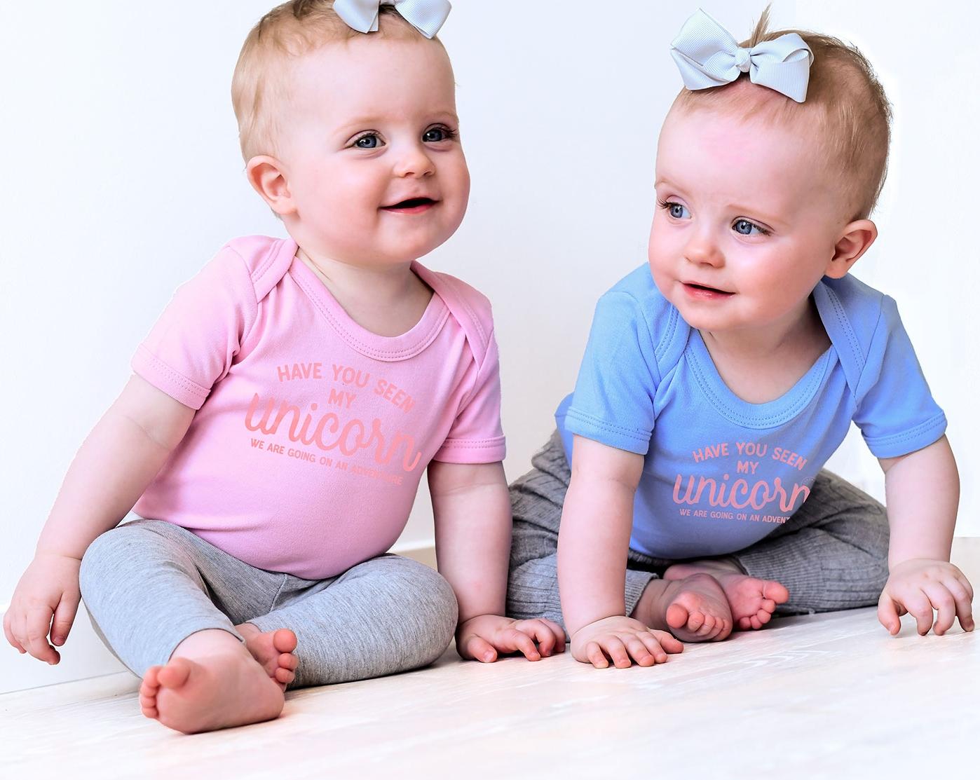 Kortärmade babybodys med trycket Unicorn. Luckimi @luckimibrand