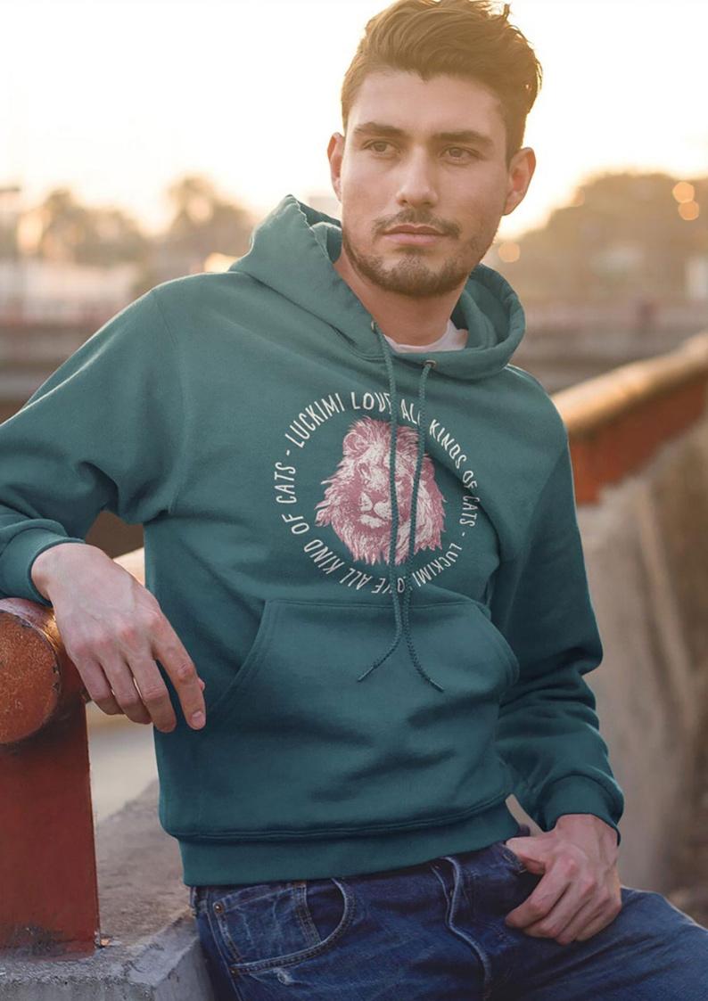 luckimi älskar alla slags katter - Katter, tigrar, lejon... Vad tycker du om? Gillar du snygga hoodies eller kanske långärmade t-shirts? Detta tryck finns på många plagg, även för dam och barn.