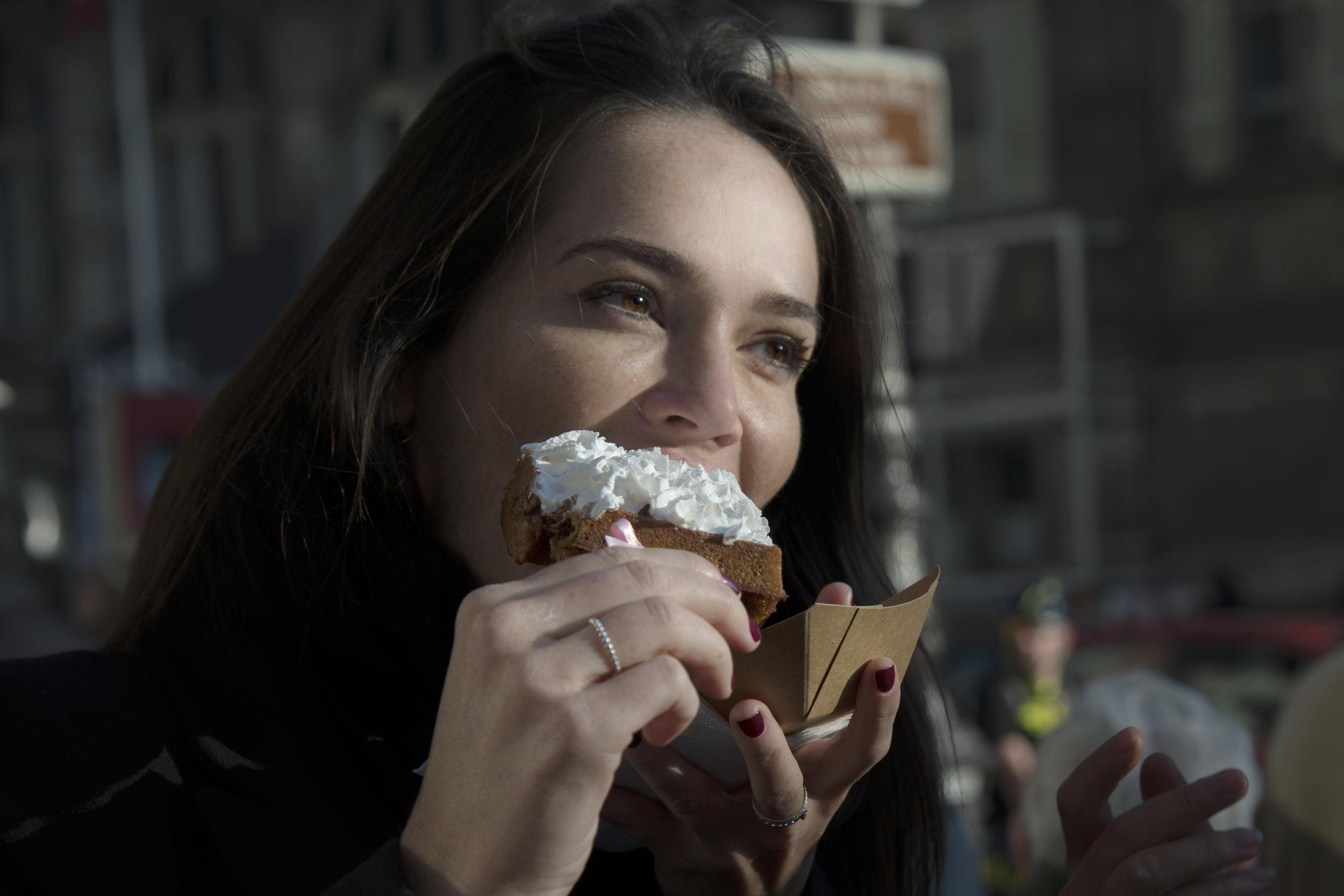 Yummy & Guiltfree : on aime tous ses délicieuses gaufres aux toppings fabuleux sur leur bâtonnets à noeuds ! Pour autant, connaissez-vous véritablement la marque et ses produits ? Plongez-vous dans ce Vrai / Faux pour y voir un peu plus clair...   Les gaufres Y & G sont moins caloriques que la moyenne → VRAI   Une gaufre non garnie de chez Yummy & Guiltfree ne contient que 230kcal ! C'est quasiment 30% de moins qu'une gaufre traditionnelle, qui représentera très vite plus de 300kcal.   Venir chez Y & G c'est prendre un risque quand on est coeliaque → FAUX   Il n'y a aucun risque à venir manger chez Yummy & Guiltfree lorsqu'on est coeliaque car l'intégralité de notre production est sans gluten et nous possédons notre propre  laboratoire , ce qui évite tout risque de contamination croisée.   Je peux me régaler chez Y & G si je suis végétarien → VRAI    Nous mettons un point d'honneur à toujours avoir au moins une gaufre salée Végétarienne à la carte : elle met à l'honneur des légumes de saison et varie donc très régulièrement selon les inspirations du chef. Les gaufres sucrées, elles, sont en majorité végétariennes.   Chez Y & G tout est fait maison → VRAI    Notre chef Damien Cassart ainsi que son équipe travaillent chaque jour des produits frais, transformés sur place avec passion et précision. Les gaufres sont ensuite cuites et dressées en  boutiques  par nos équipes. Nous contrôlons donc tout ce que nous vendons : des produits bruts aux produits finis !   Les produits Y & G sont vegan → FAUX    Hormis nos glaces et cornets vegan, nos produits ne sont pas vegan car tant la pâte à gaufres que les gâteaux de voyage contiennent des oeufs… Dur dur de s'en débarrasser, mais promis on y travaille !   La recette de la pâte à gaufres Y & G est tenue secrète → VRAI   Notre pâte à gaufre a pris plus de 2 ans à être mise au point par notre chef et contient un mix de farines inédit qui rend nos gaufres si légères et gourmandes. Nous gardons donc cette recette top secrète, mais