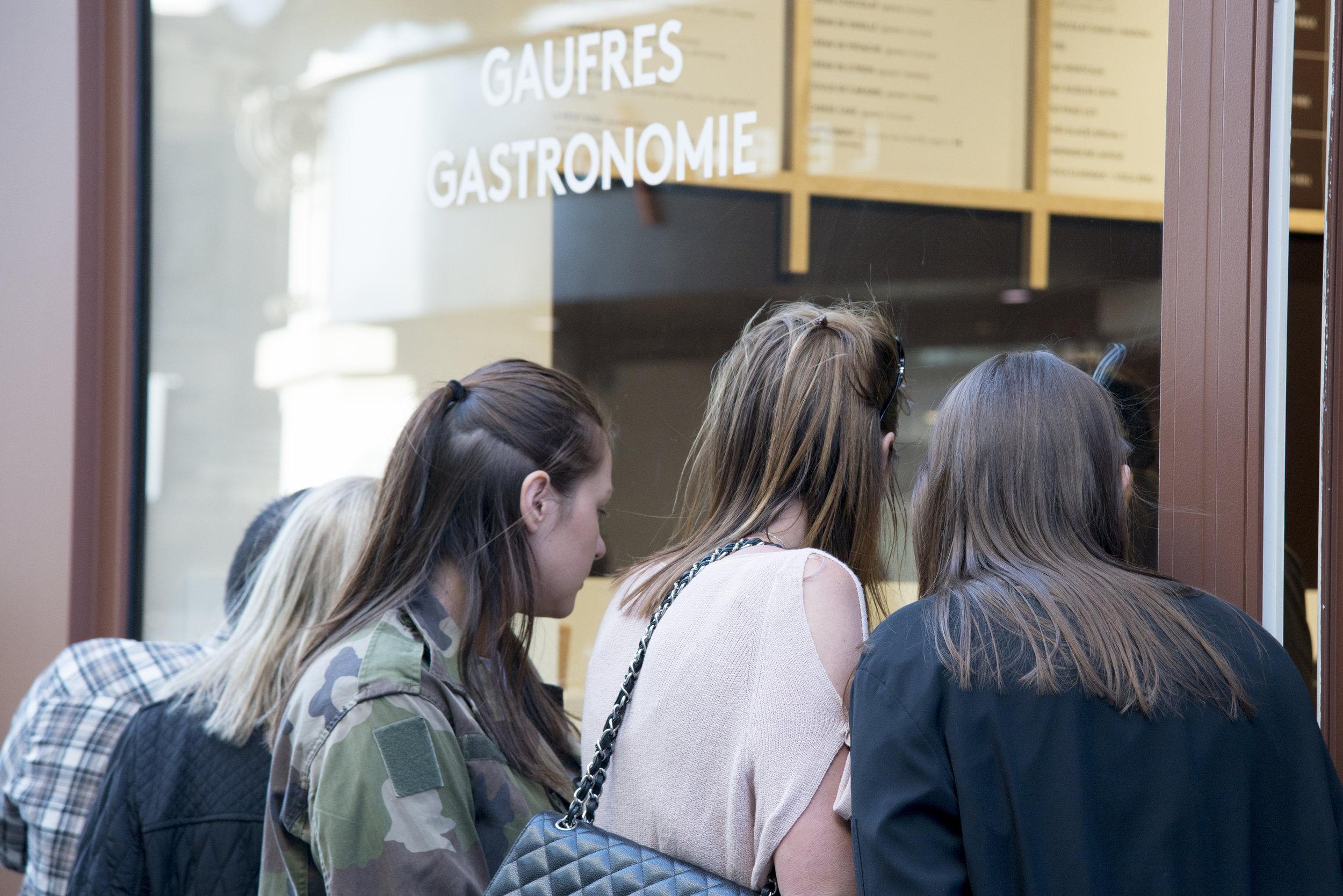 Yummy & Guiltfree est une enseigne un peu atypique : ses gaufres sans gluten ni lactose attirent les gourmands comme les curieux, et de nombreuses questions reviennent régulièrement. Nous y répondons donc ici ! Et n'hésitez pas à nous poser d'autres questions dans le formulaire ci-dessous !   Pourquoi les gaufres sont-elles plus foncées que les gaufres de la fête foraine ?   Les gaufres sucrées Yummy & Guiltfree acquièrent leur jolie robe dorée grâce au sucre de canne contenu dans la pâte. Naturellement plus foncé que le sucre blanc car moins raffiné, c'est lui qui colore la pâte   Yummy & Guiltfree vend-il des gaufres au Nutella ?   Au lieu de Nutella, Yummy & Guiltfree propose sa pâte à tartiner maison, un savant mélange de pâte de noisettes torréfiées à coeur et de cacao pur Valrhona pour une texture et un goût inimitables.   Est-il possible d'ajouter de la chantilly aux gaufres Y & G ?   Bien sûr ! Et pas n'importe quelle chantilly : de la chantilly vegan ! Ainsi, même les intolérants au lactose peuvent se permettre ce petit plaisir.   Pourquoi les gaufres sucrées ont-elles un petit bâtonnet ?    Le bâtonnet et le petit noeud en satin sont la signature de Yummy & Guiltfree sur les gaufres sucrées. Mais ce n'est pas qu'une question d'esthétique ! Le bâtonnet permet notamment de savourer sa gaufre en toute élégance, du bout des doigts mais à pleine bouche !   Le fait qu'elles soient sans gluten ni lactose change-t-il quelque chose aux gaufres Y & G ?   Oui… elles sont plus légères ! La pâte à gaufres a été développée pendant plus de 2 ans pour obtenir un résultat aérien tout en gardant le moelleux et le croustillant de la gaufre de notre enfance. Pour ce faire, la farine de blé y a été remplacée par un mix de farines de quinoa, millet, maïs et riz.   Proposez-vous d'autres produits que les gaufres ?   Oui ! Nous vendons également de délicieux gâteaux de voyage (madeleines et financiers à ce jour) sans gluten et réalisés par notre chef Damien Cassart et ses équipes