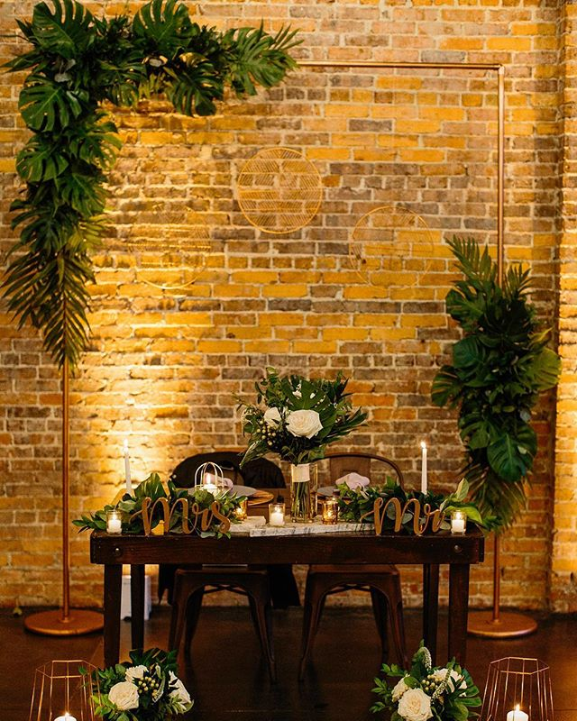 Candle light & an abundance of greenery for this sweetheart table 🌿 We love the passion that @taylorfalconevents has for executing a brides vision 😍 •Photos: @benjaminhewitt •Florals: @eventsinbloomtampa •Tables & chairs: @thereserverentals •Flatware, dishware & chargers: @treasuryrentals •Wedding Planner: @taylorfalconevents