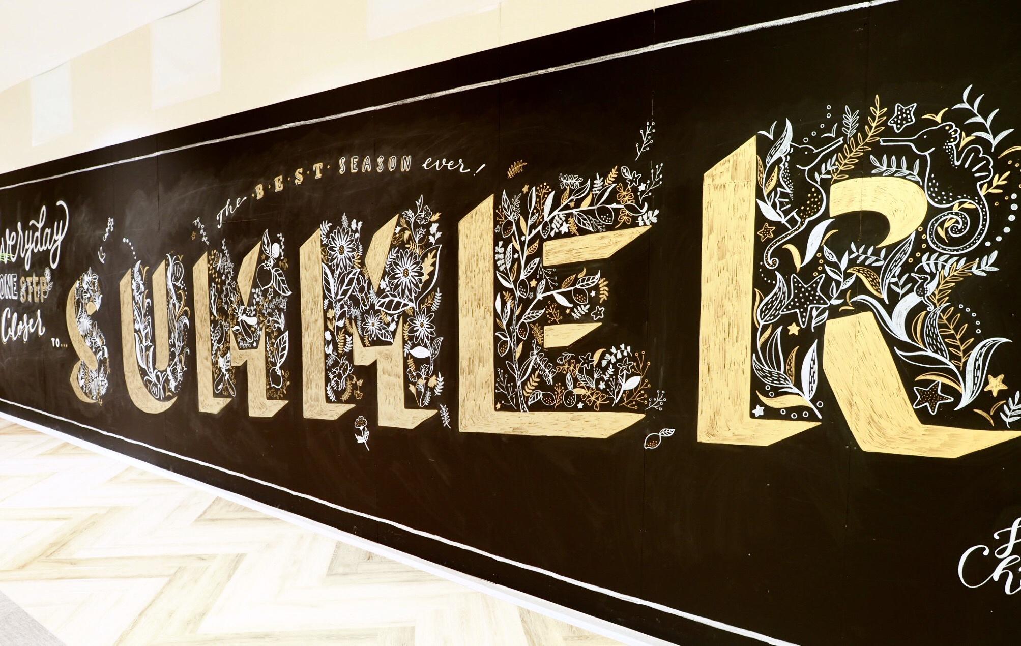 """横浜市にあるショッピングモール「north port mall」内の壁に描かせていただきました。7月にリニューアルオープン予定の場所なので、夏が楽しみになるようなイメージを考えました。 今回はひとつひとつのアルファベットを """"夏に出合う自然"""" をモチーフに描くこと、そして自分の絵に深みを持たせることに挑戦するため、ウィリアム・モリスの壁紙パターンをたくさんスケッチして参考にしました。 残念ながらもう見ることはできません。 Hand-painted for north port mall, a shopping mall in Yokohama. I drew each letter with different animals and nature, and was highly inspired by William Morris's beautiful wall paper designs."""
