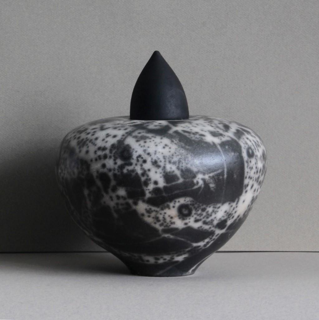 De urnen van Rotterdamse keramist  Rita Spaan Krauss  zijn Naked Raku gestookt