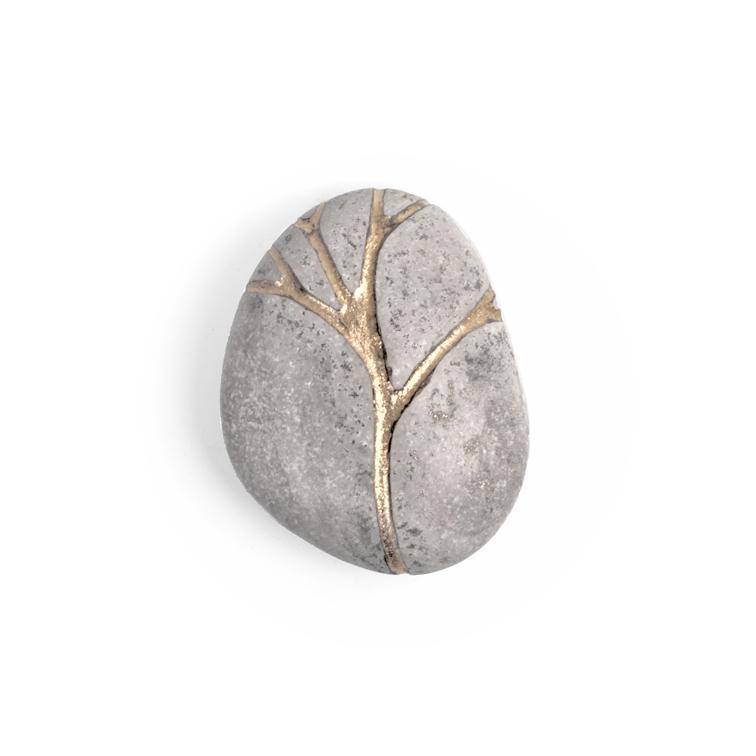 Kiezel  Koestersteen  mini-urn van Jacomijn van der Donk met zilver en bladgoud
