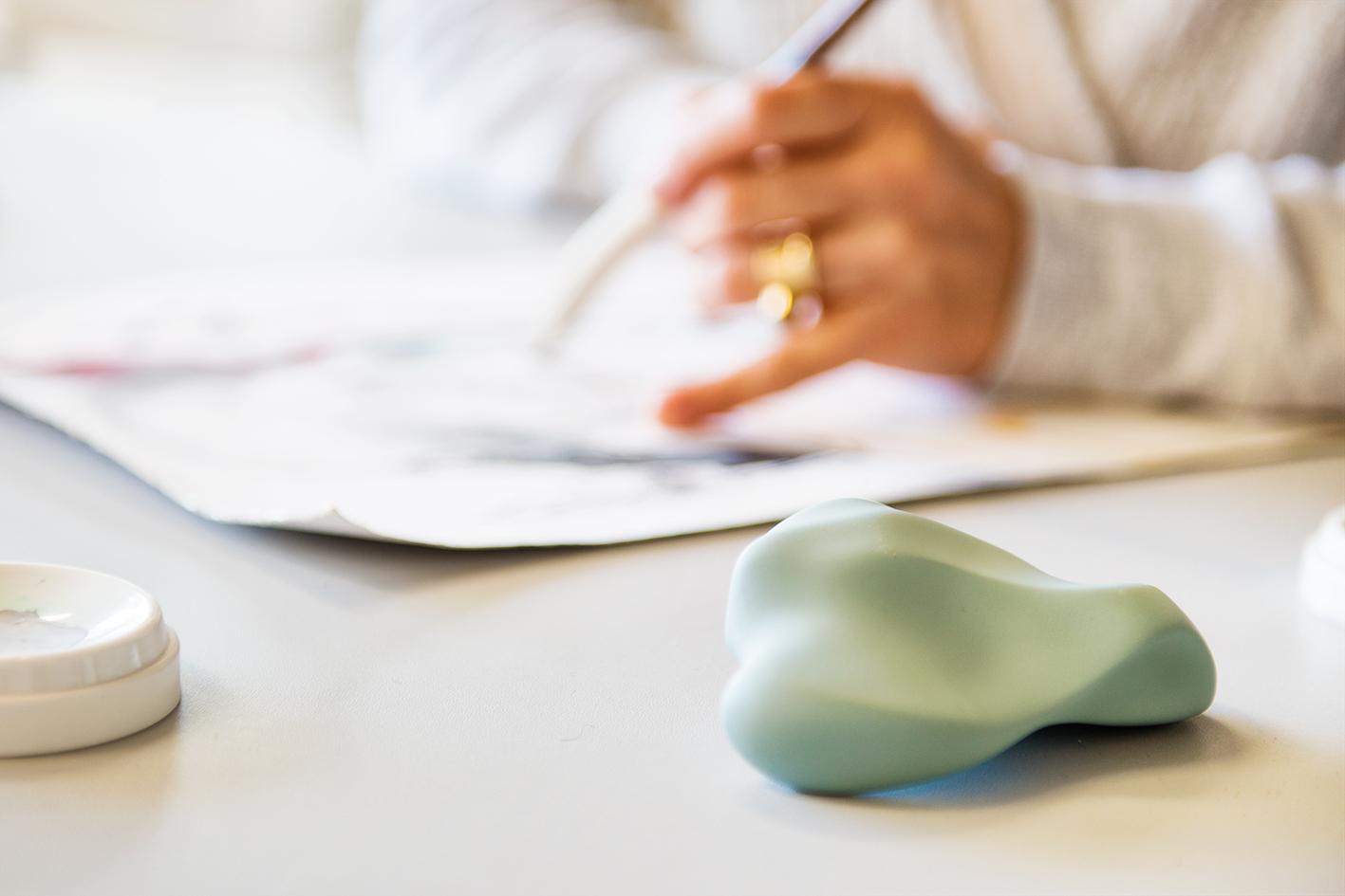 De Voelstenen van de  KoesterKamer  van designer Sofie Boonman vul je met een klein beetje as en deze kun je bij je dragen