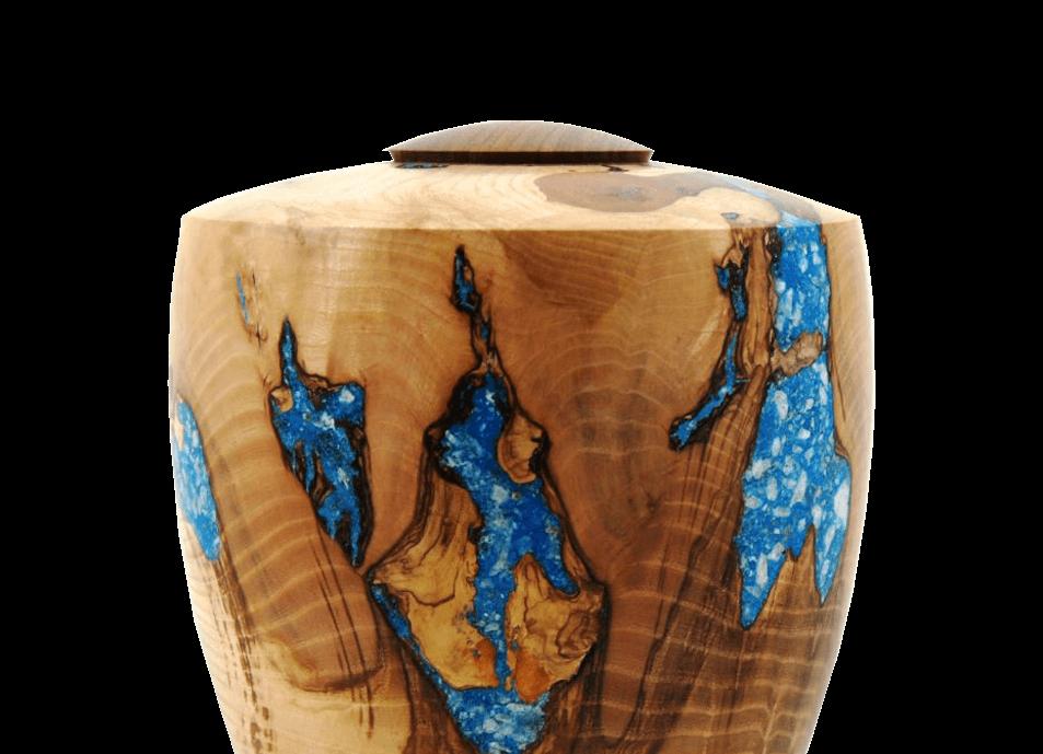 Kunstenaar Martin van der Wilt maakt  urnen van hout .