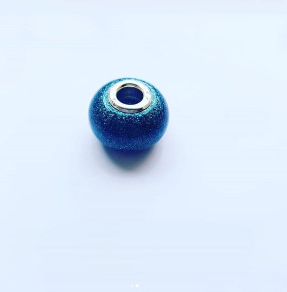 Een bedel voor aan je armband of ketting van  As Creations , geheel naar jouw wens. Zoals hier in blauw met glitters.