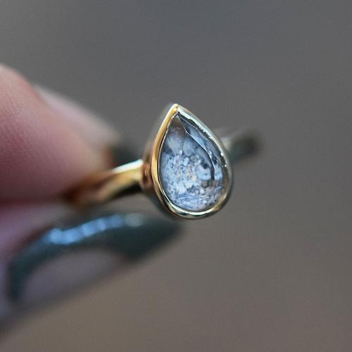 Je moet ervoor naar New York, maar daar vind je dan ook iets prachtigs: het  Goldengrove atelier van Margaret Cross . De jonge edelsmid verwerkt as of haar in de prachtigste sieraden, zoals deze asring.