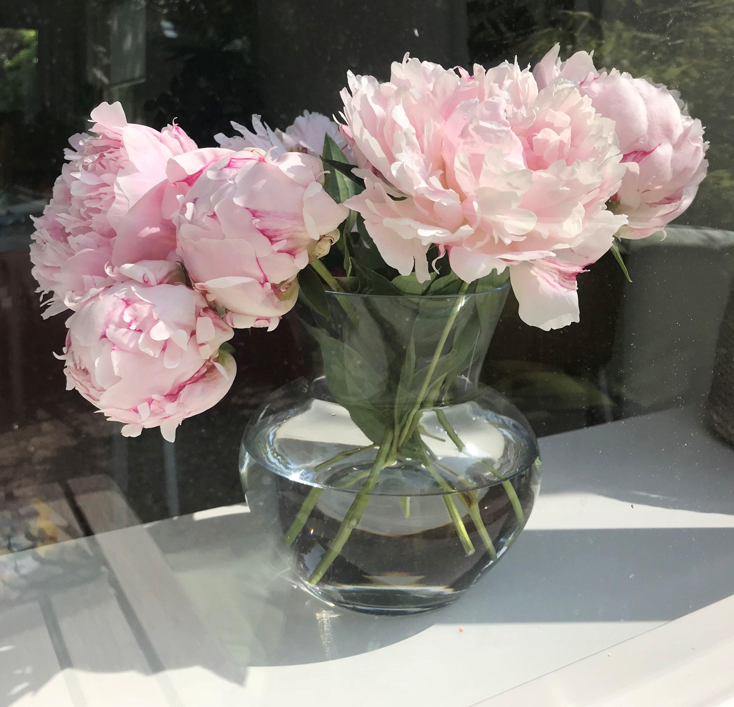 #5 Zet ze thuis gewoon in een vaas - Er lijkt een schroom te zitten op het mee naar huis nemen van rouwbloemen, alsof dat een ongepaste zelfverrijking is. Absurd! In plaats van achterlaten bij het crematorium, kun je de bloemen veel beter mee naar huis nemen. Verdeel ze onder elkaar en geef ze een mooi plekje in een vaas in je huis.
