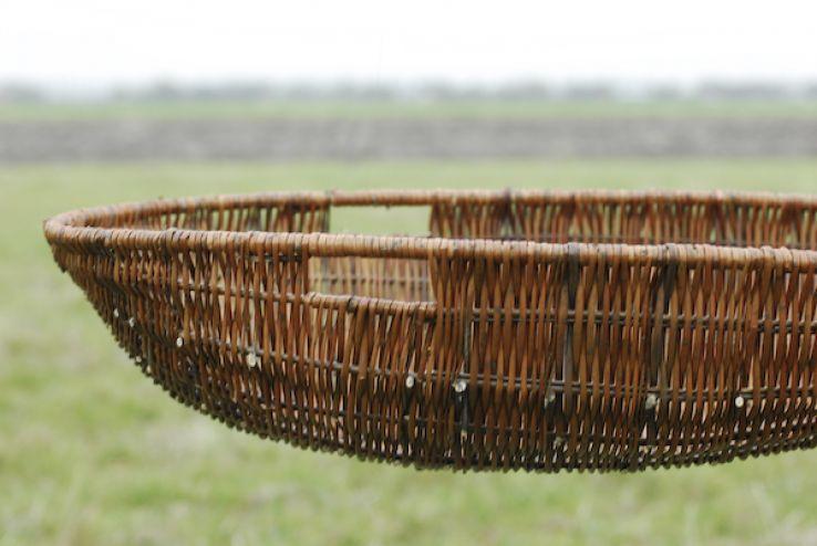 Kies een natuurlijke kist (of mand of wade) - Eerlijk lokaal hout, biobased composiet, of gevlochten wilgentenen, bamboe, een rieten mand of een kartonnen doos. Of wil je liever in een wade gewikkeld worden? Wettelijk ben je niet verplicht tot een kist. Maar wat je ook kiest, wees bewust van het materiaal en productiewijze. En ook dat de kist de cash cow van de uitvaart is.