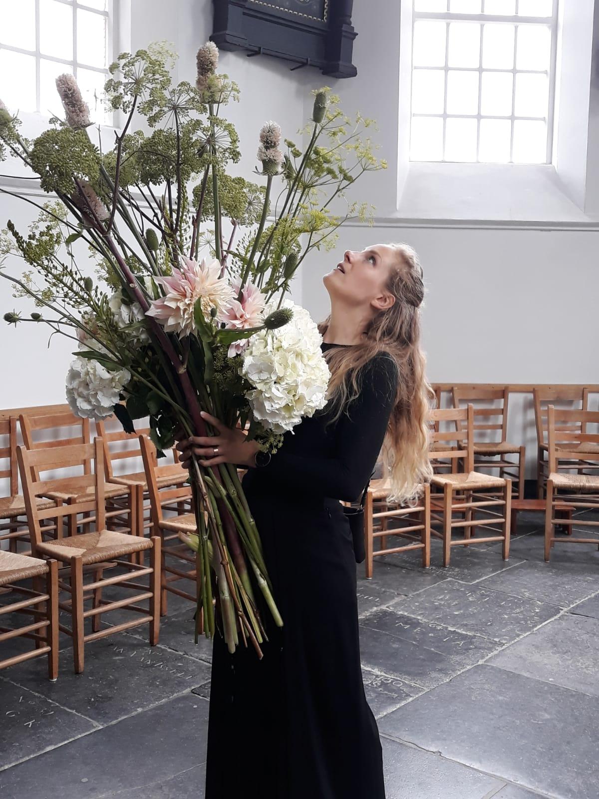 """""""Funeral Flowers: A beautiful waste?"""" - Het klinkt een beetje vreemd, maar ik houd niet zo van bloemen. Dat heeft deels te maken met mijn werk als uitvaartondernemer, want bij crematoria word ik geconfronteerd met een enorme verspilling van bloemen. Zo zonde! Amsterdam Flower School interviewde me over mijn haat-liefde verhouding met bloemen én over mijn tips om bewust met bloemen om te gaan rondom een uitvaart."""